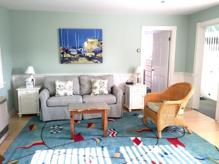 wohnzimmer landhausstil farbiger teppich grüne wandfarbe