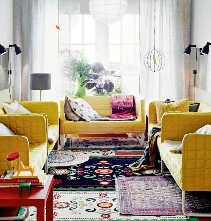 wohnzimmer landhausstil gelbe möbel farbige teppiche luftige gardinen