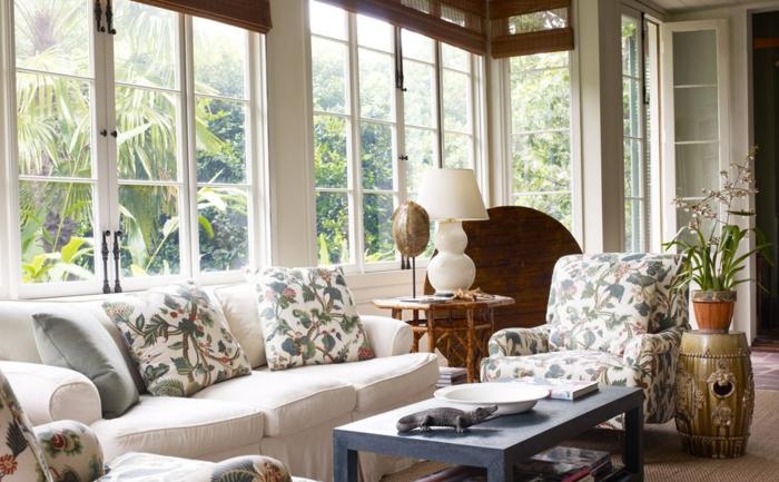 wohnzimmer landhausstil gemütlich blumenmuster rustikaler beistelltisch