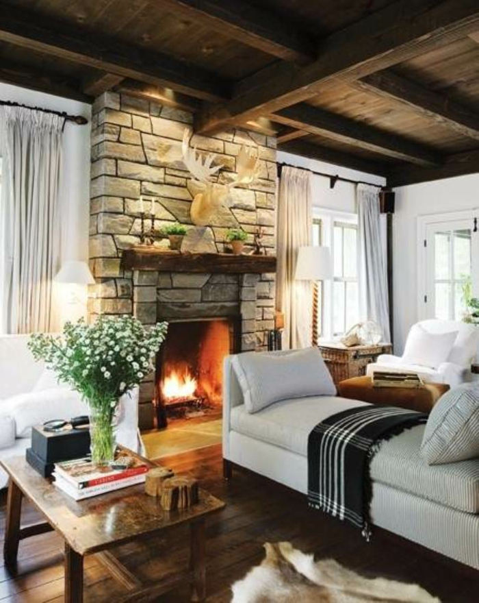 landhausstil wohnzimmer gemütlich kamin steine fellteppich