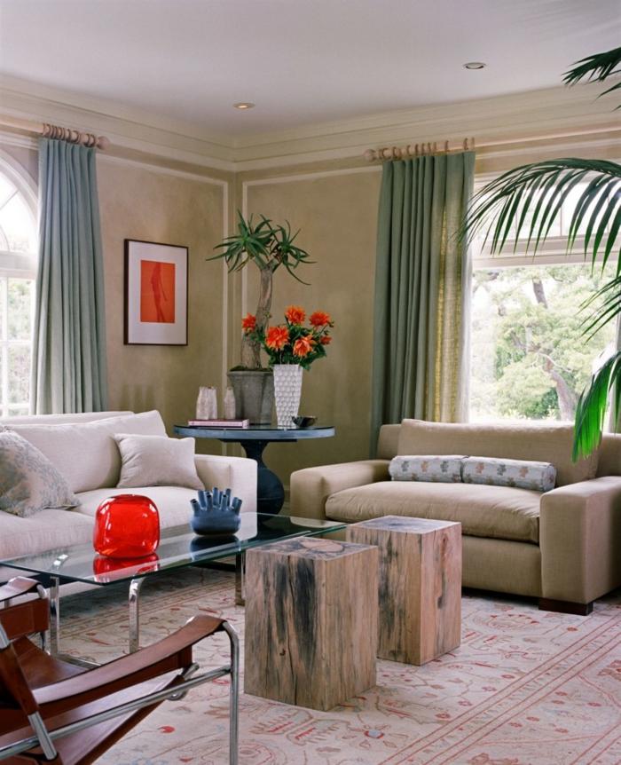 wohnzimmer landhausstil gläserner couchtisch baumstrümpfe blumen