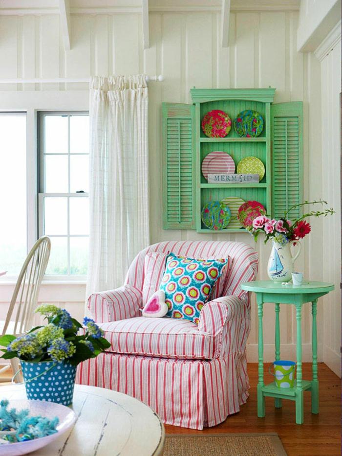wohnzimmer landhausstil grüne akzente sessel streifen blumen luftige gardinen