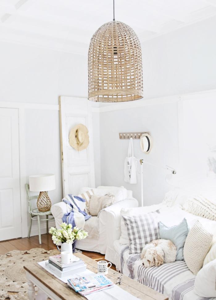 wohnzimmer landhausstil rustikaler couchtisch cooler teppich weiße wände