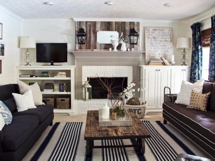 landhausstil wohnzimmer streifenteppich rustikaler tisch kamin orchidee gardinen blumenmuster