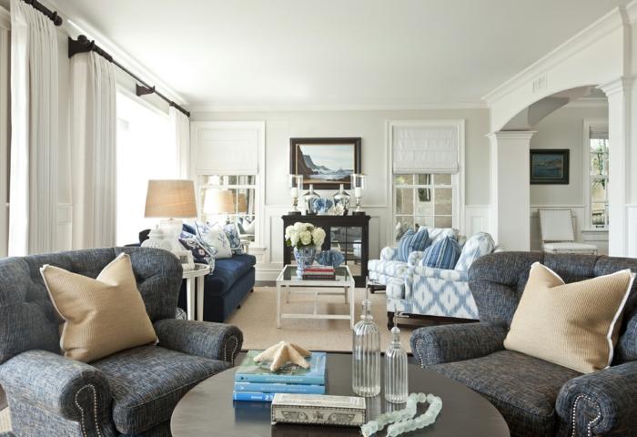 landhausstil wohnzimmer weiße gardinen blumen tischleuchten