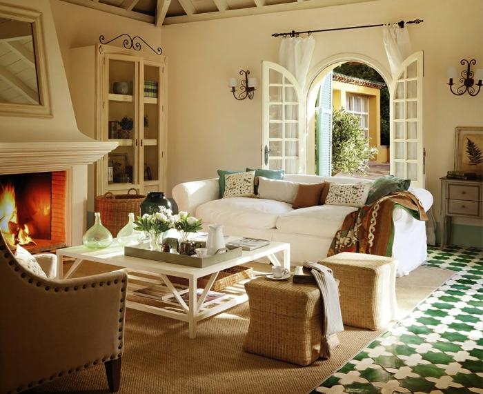 wohnzimmer landhausstil weiße möbel sisalteppich kamin gemütlich