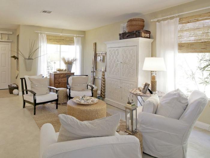 landhausstil wohnzimmer weiße sessel helle wände pflanzen