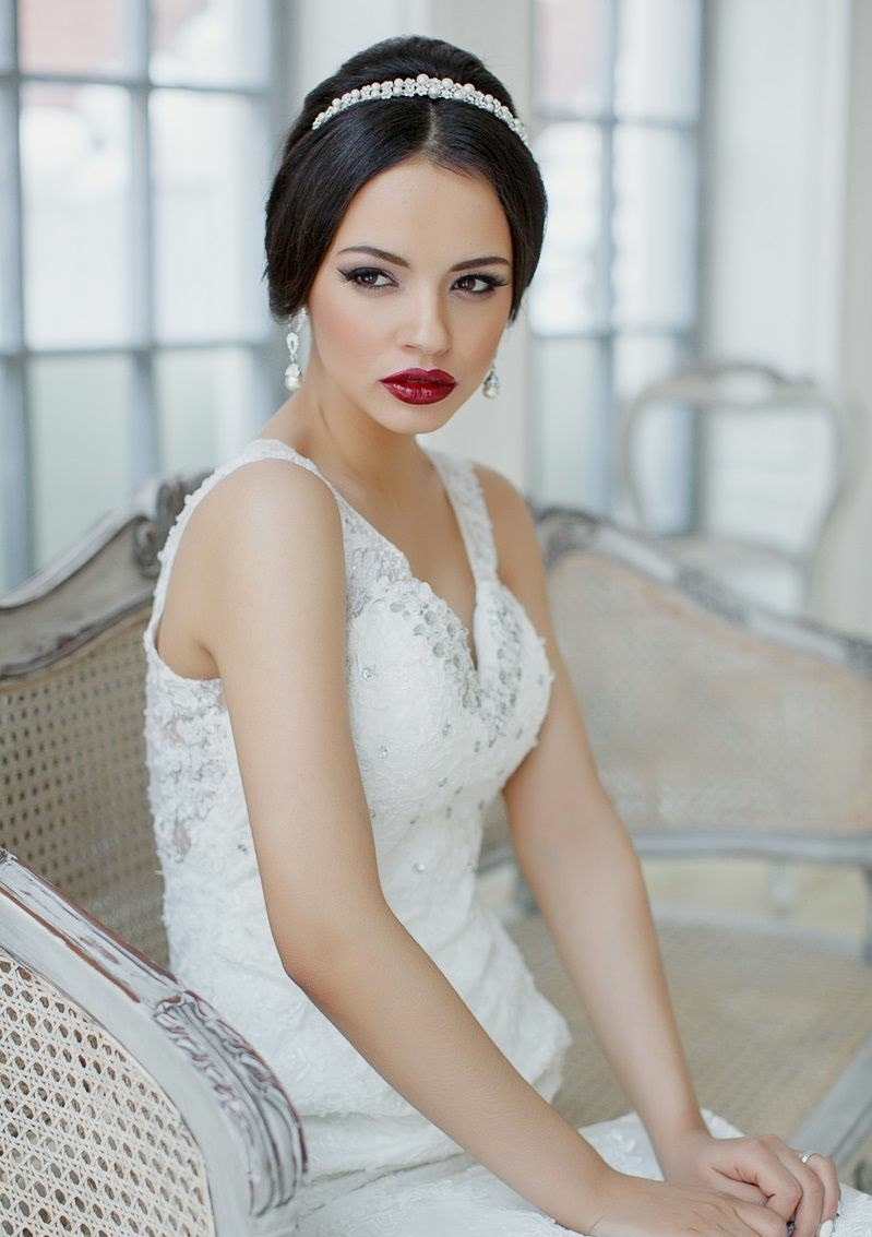 Brautfrisur mit glänzendem Diadem und passende Ohrringe dazu