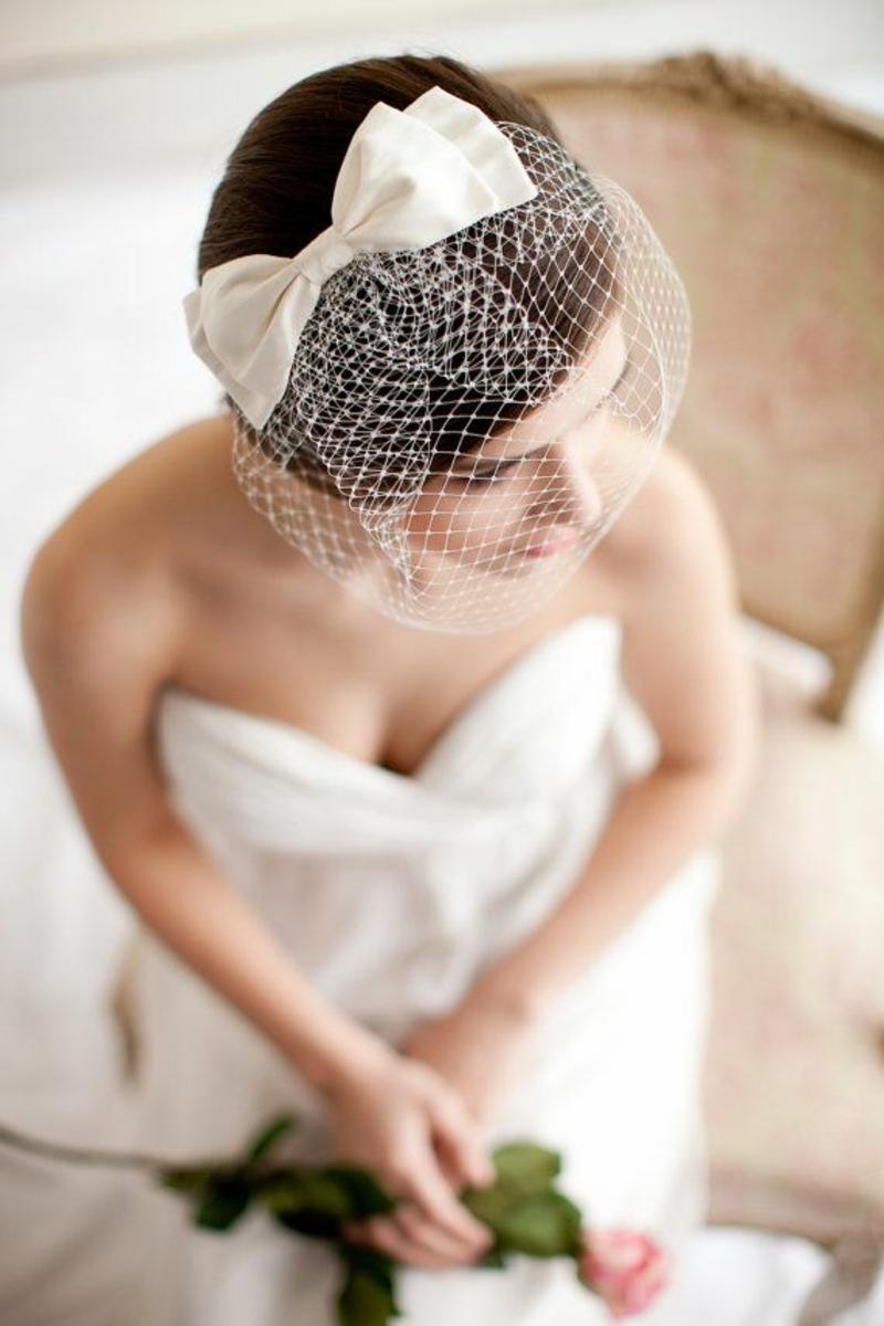 Brautfrisur mit Schleier kurze Haare Haarschmuck Braut