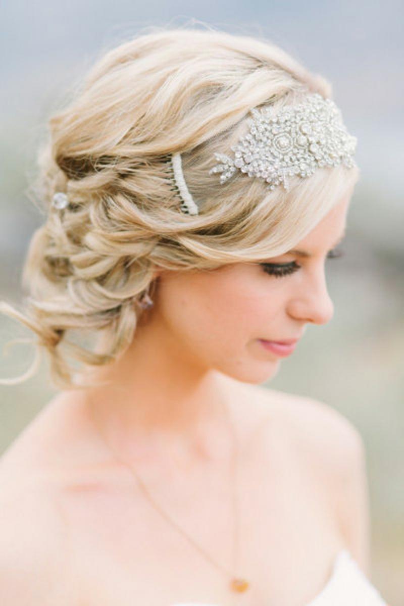 Brautfrisuren mit Diadem Haarschmück für Hochzeit