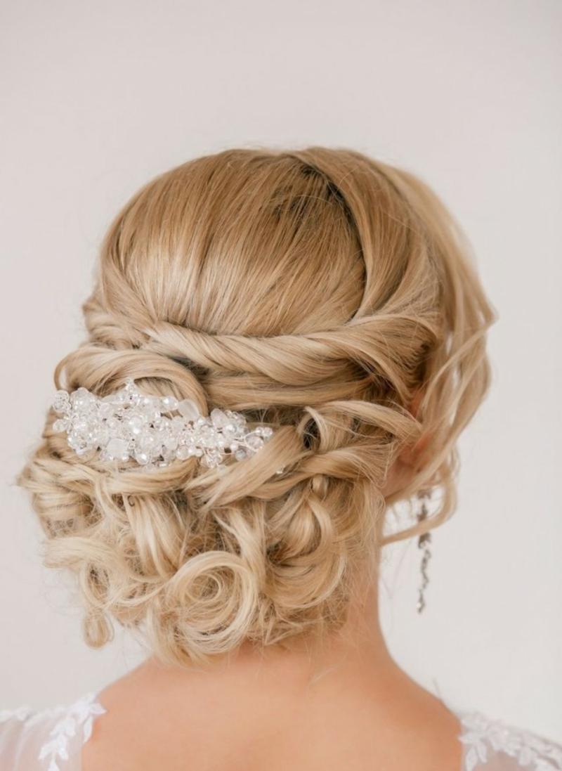 Brautmode Steckfrisur mit Haarschmuck Hochzeit