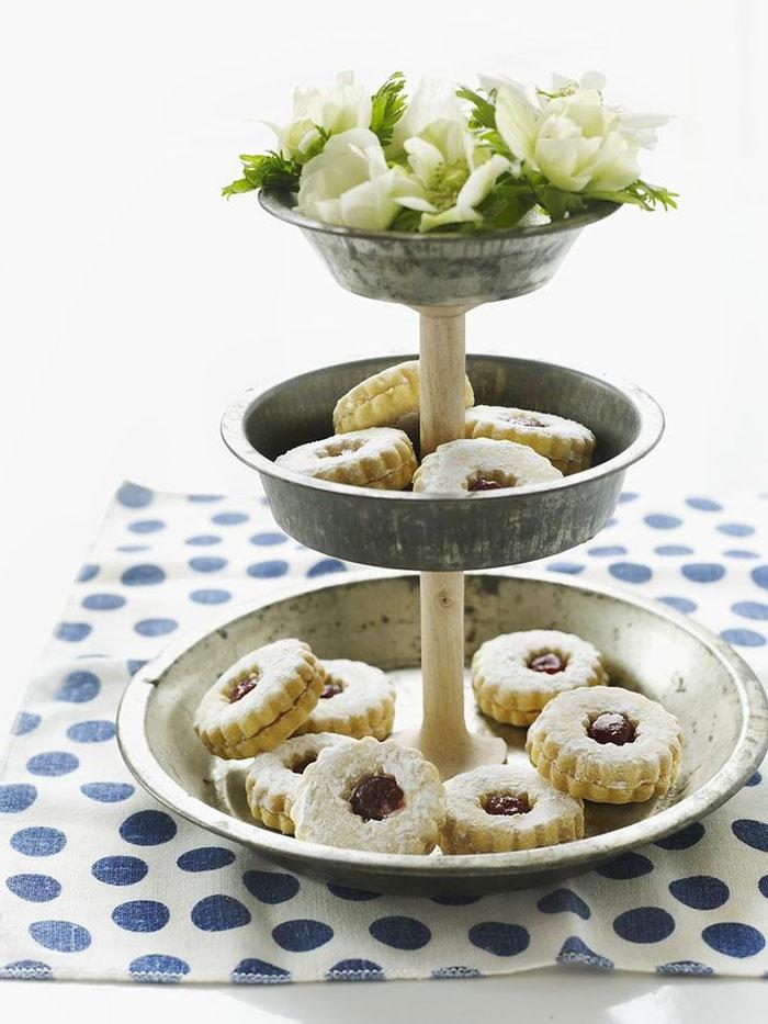 upcycling ideen kuechenutensilien aus alt macht neu Coole Bastelideen DIY bastelideen alte küchenkrams backblech als cupcakes schale