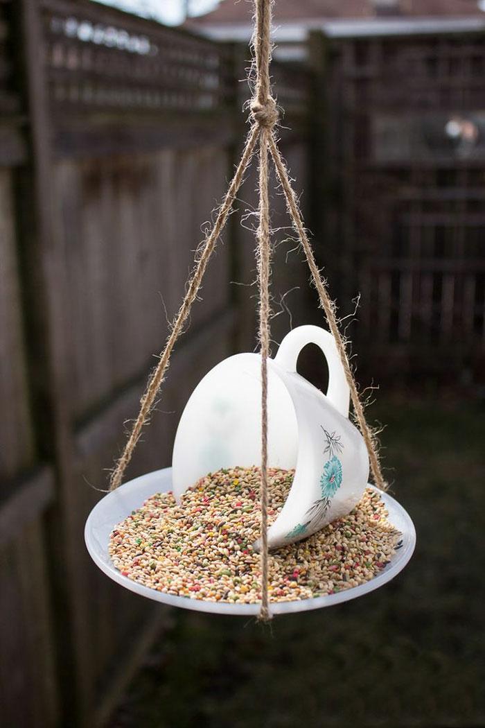 upcycling ideen kuechenutensilien aus alt macht neu Bastelideen DIY bastelideen alte küchenkrams kaffetasse vogelhaus mini