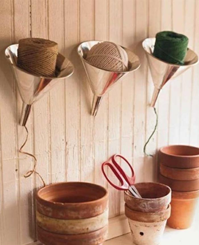 upcycling ideen kuechenutensilien aus alt macht neu Bastelideen DIY bastelideen alte küchenkrams trichter als garn aufbewahrung