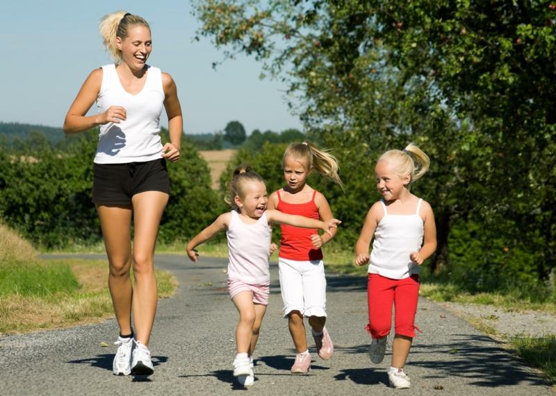 Eltern und Kinder abnehmen Joggen