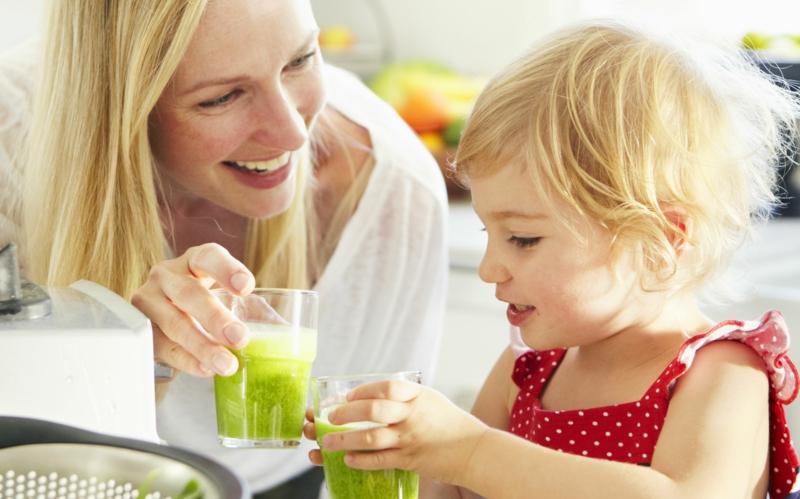 Eltern und Kinder abnehmen Obst und Gemüse gesundes Leben