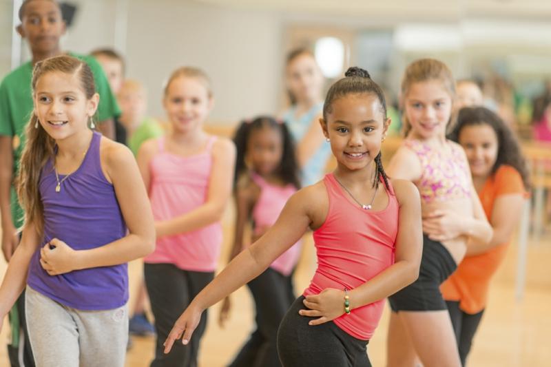 Eltern und Kinder abnehmen tanzen