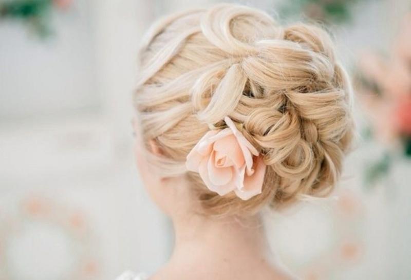 Hochzeitsfrisuren lange Haare Haarschmuck Blumen Hochtesteckfrisur