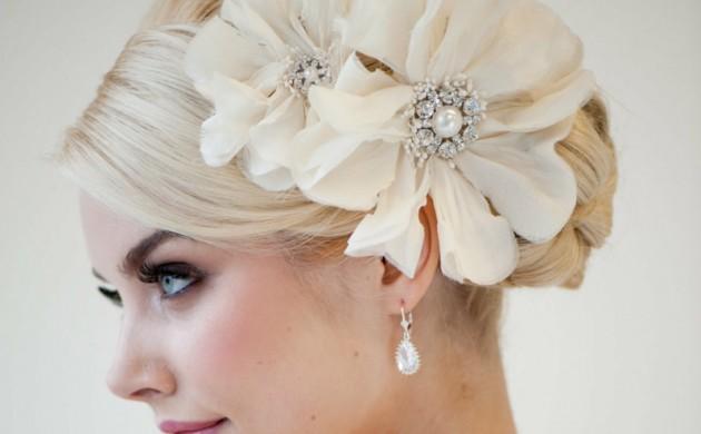 Hochzeitsfrisuren-lange-Haare-Haarschmuck-weiße-Kunstblumen