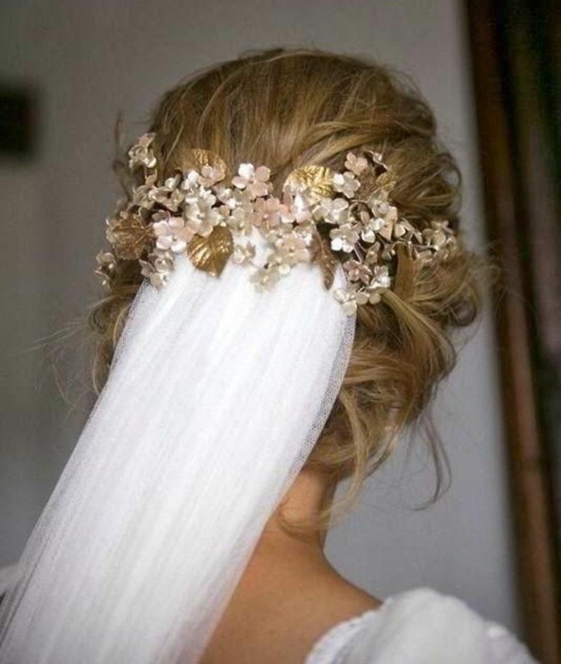Hochzeitsfrisuren mit Schleier und Haarschmuck Blumen