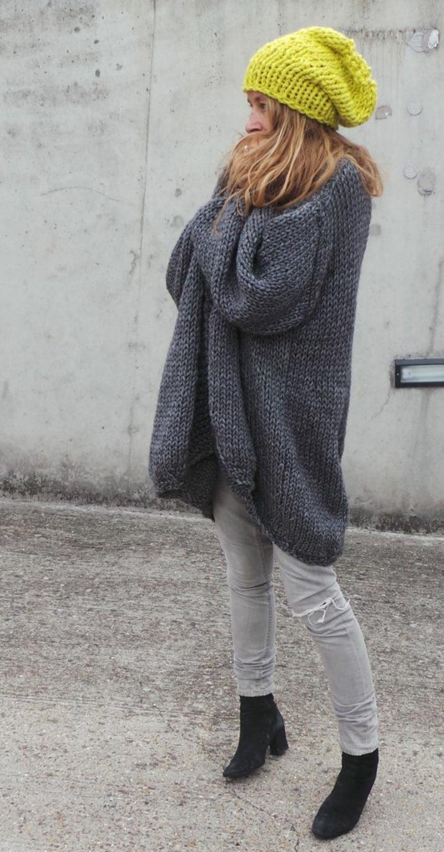 Longpullover Damen dunkelgrau neongrüne Mütze Wintermode