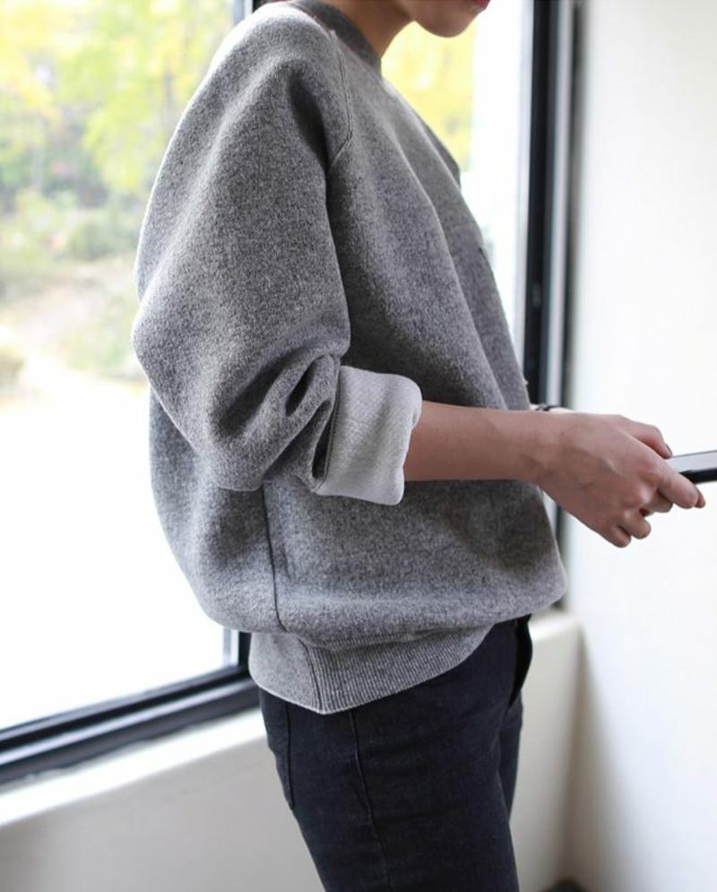 Longpullover Damen grau mit weißem Hemd Modetrends