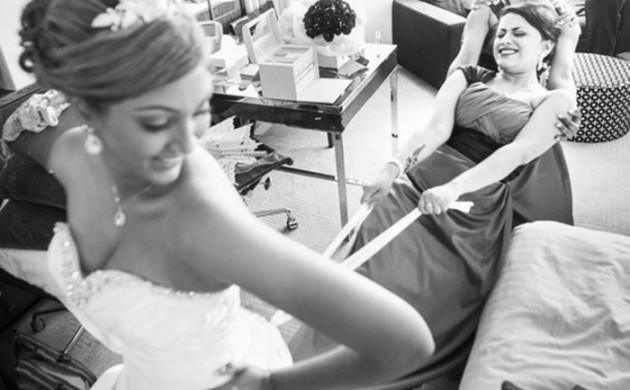 Lustige-Hochzeitsbilder-Hochzeitskleid-anziehen-Brautjungfer