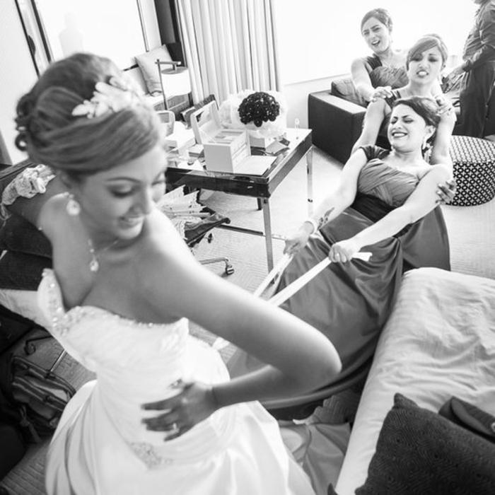 Lustige Hochzeitsbilder Hochzeitskleid anziehen Brautjungfer