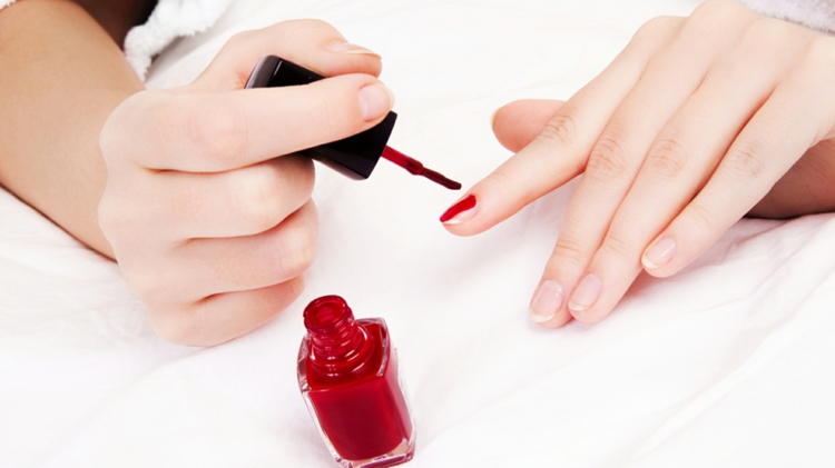 Maniküre selber machen fingernägel rot lackieren