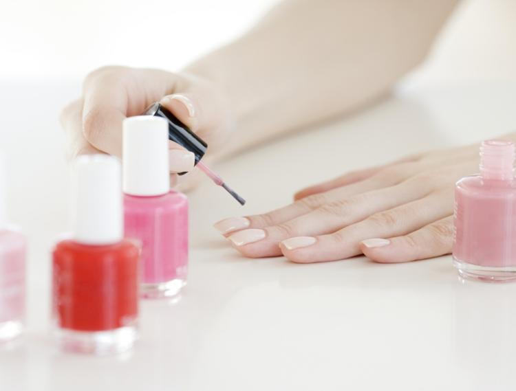 Nagelpflege Maniküre selber machen fingernägel feilen und lackieren