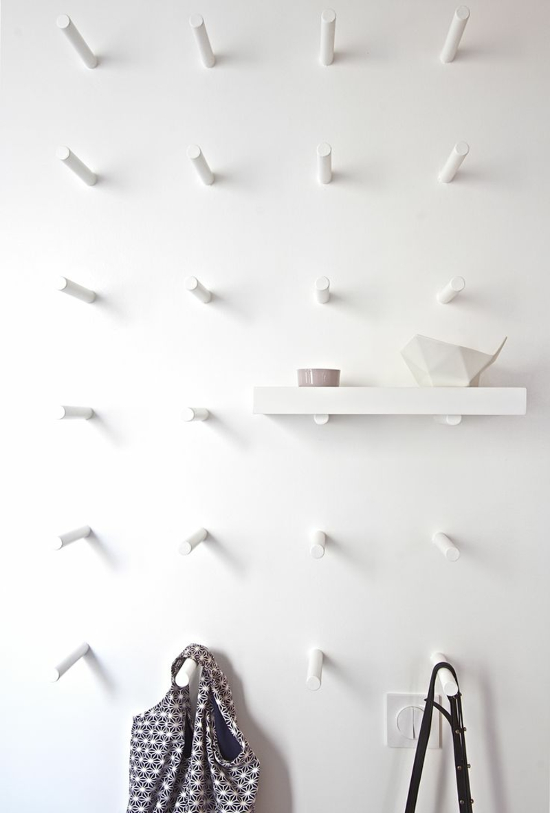 Wandgestaltung Wandfarbe Flur Weiß kreative Garderobenhaken