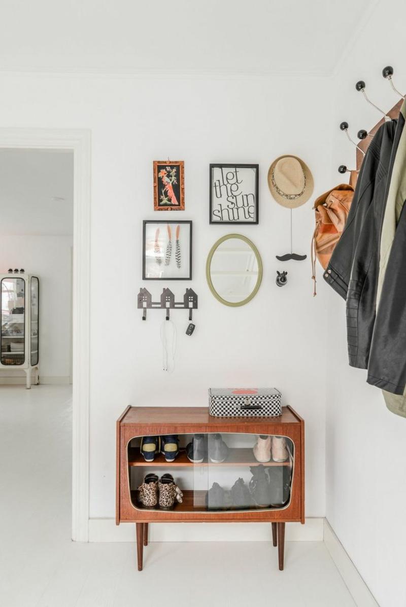 Wandgestaltung mit Bildern Schrank Flur Dielenmöbel Retro Möbel