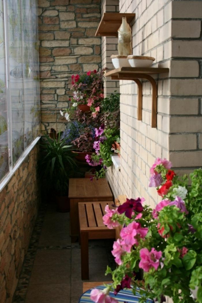 balkon gestalten balkonpflanzen sitzbank bodenfliesen