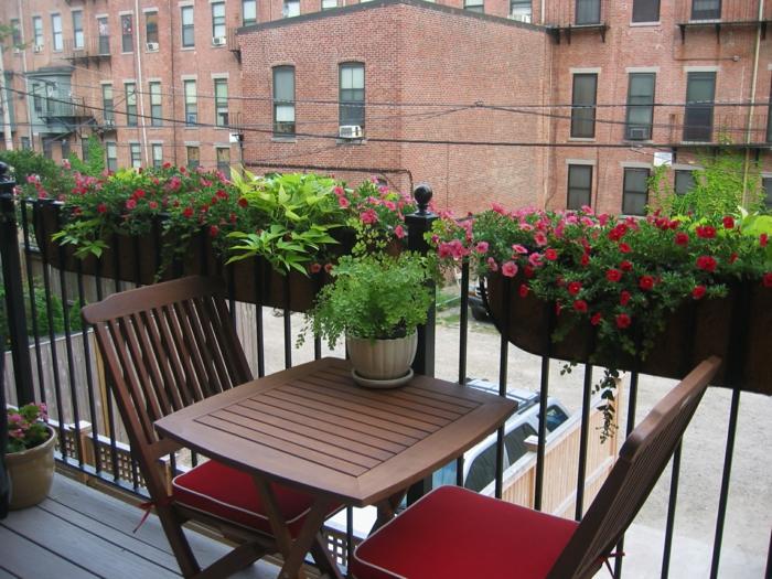 balkon gestalten garten balkonmöbel rote sitzkissen