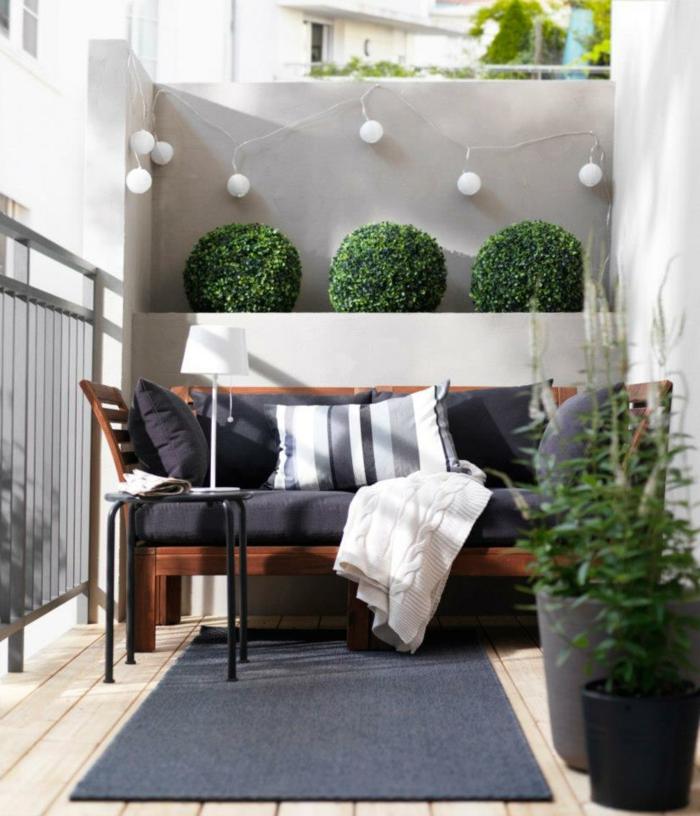 balkon gestalten grauer teppichläufer lichterkette beistelltisch pflanzen