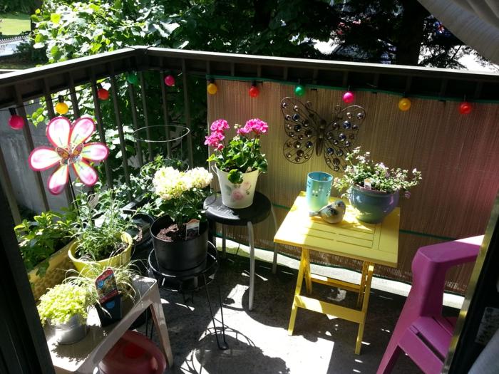 balkon gestalten kleiner garten farbige gartenmöbel blumentöpfe