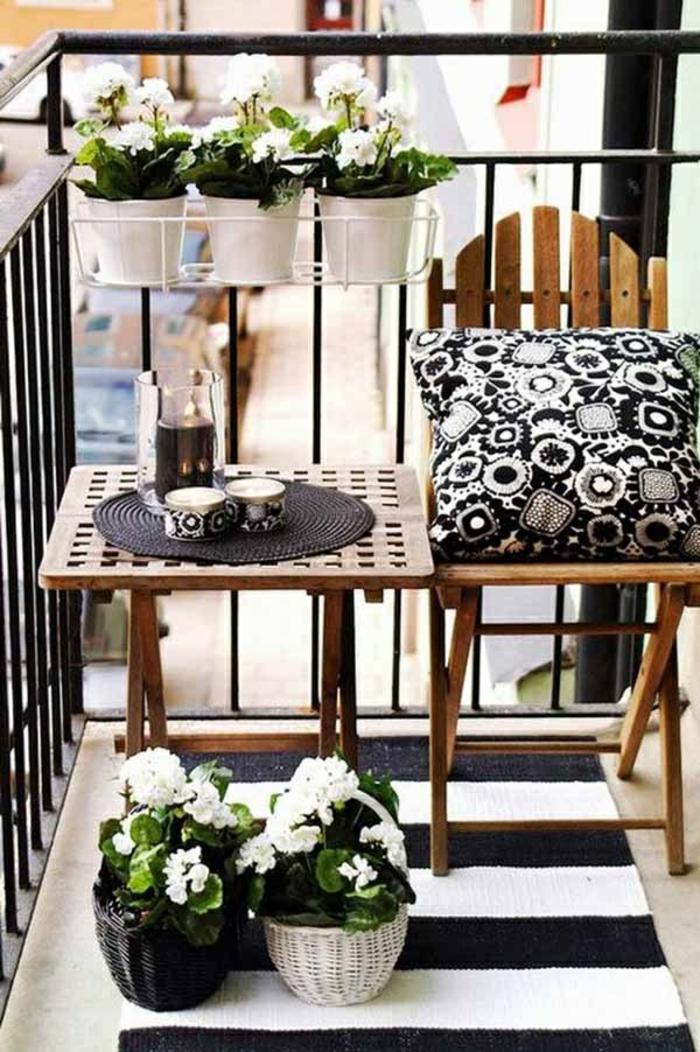 balkon gestalten streifenteppich klappbare balkonmöbel pflanzen