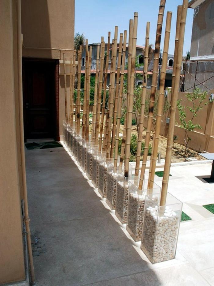 bambus deko bambusstangen ideen gartengestaltung außengestaltung glasbehälter kiesesteine