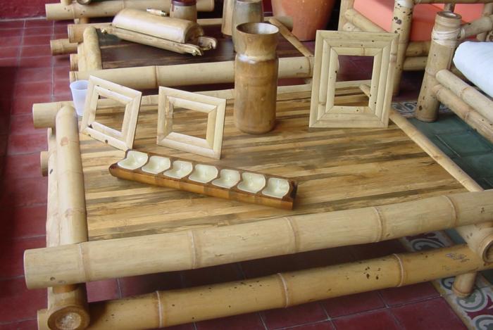 bambus deko bambusstangen ideen wohnaccessoires wohnartikel vasen bilderrahmen couchtisch sessel
