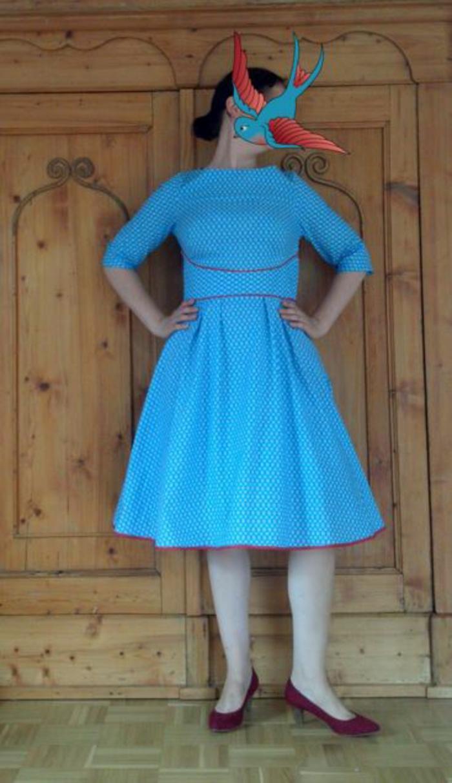 100 blaue kleider als beweis dafür, dass blau eine