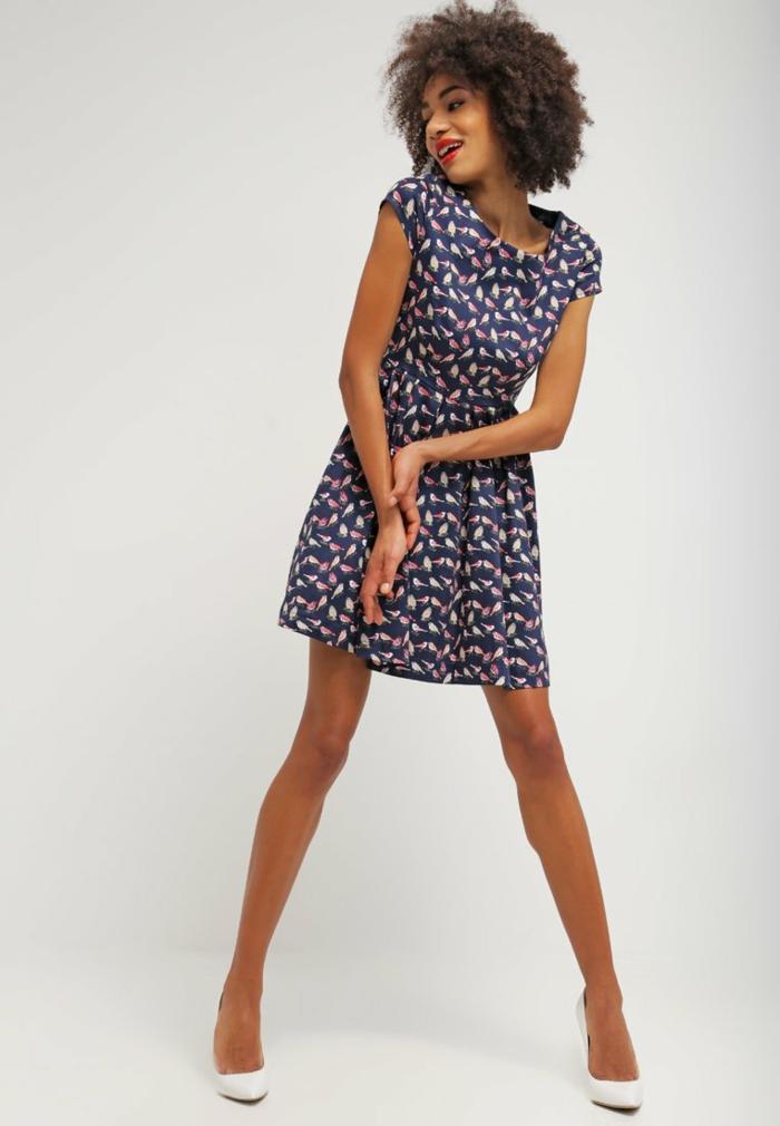 blaues kleid  farbgestaltung blaue  kleider dessin seide kurzes kleid meisen