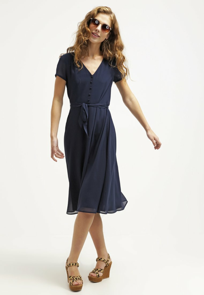 blaues kleid farbgestaltung blaue kleider dessin seide schmetterling dayli