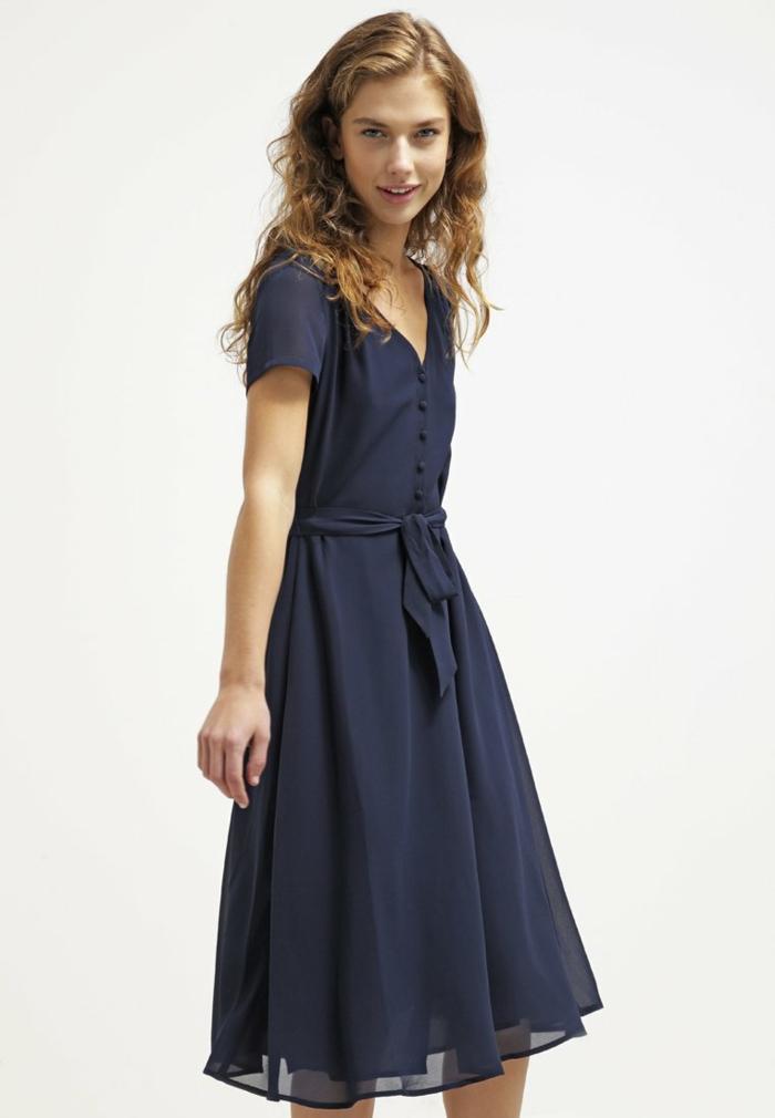 blaues kleid farbgestaltung blaue kleider dessin seide schmetterling zugeknöpft