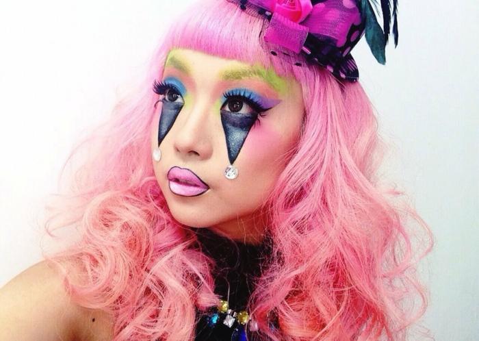 clown schminken blau violett glitzersteine rosa haare perücke