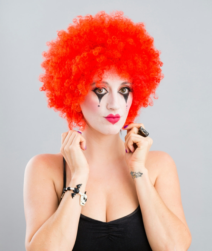 clown schminken orangefarbene perüke haare rote lippen herz form
