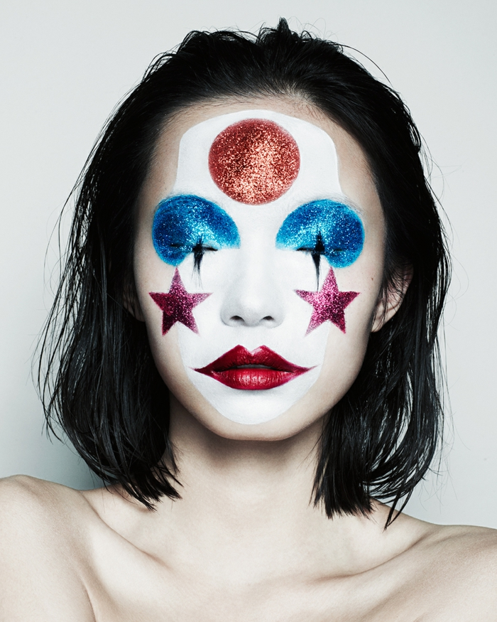 clown schminken rote lippen weißes gesicht glitzer sterne kreis