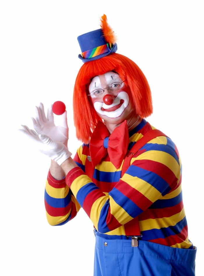 clown schminken weißes gesicht rote nase orangene perüke gestreiftes oberteil blaue hose