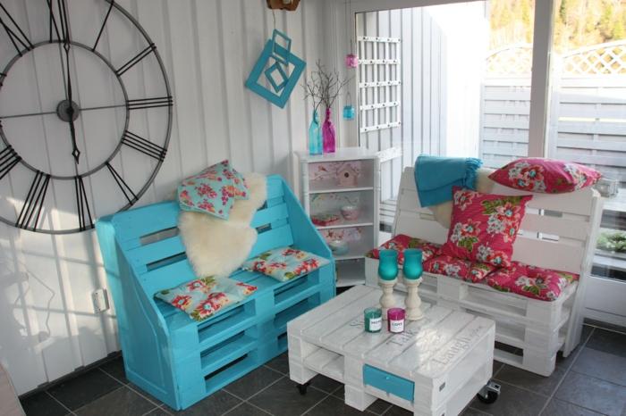 dekoideen diy alte gegenstände möbel aus europaletten weiß blau gestrichen sofas couchtisch