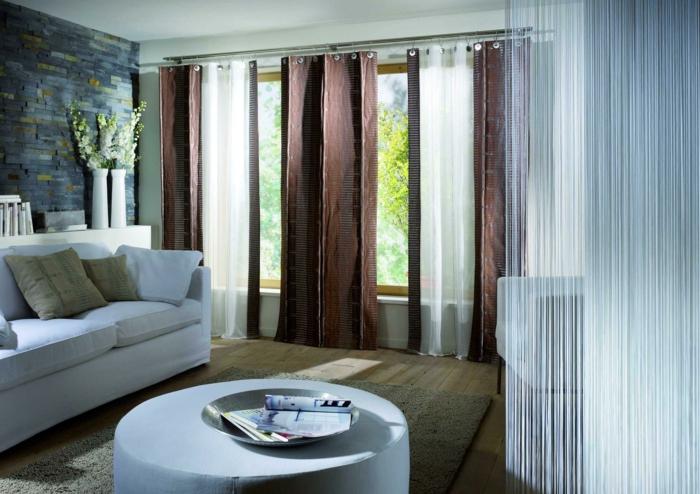 dekotipps fensterbank wohnzimmer teppich runder hocker steinwand weiße möbel
