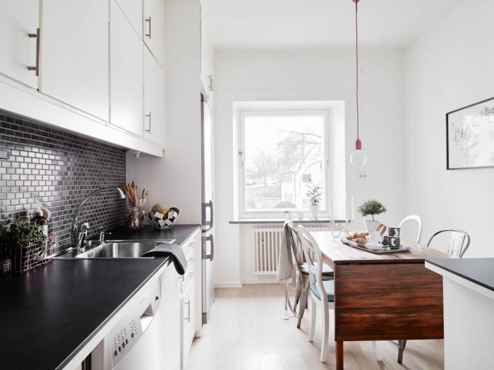 einrichtungsideen küche einrichtungstipps küchenrückwand mosaik fliesen arbeitsfläche grau weiße schränke